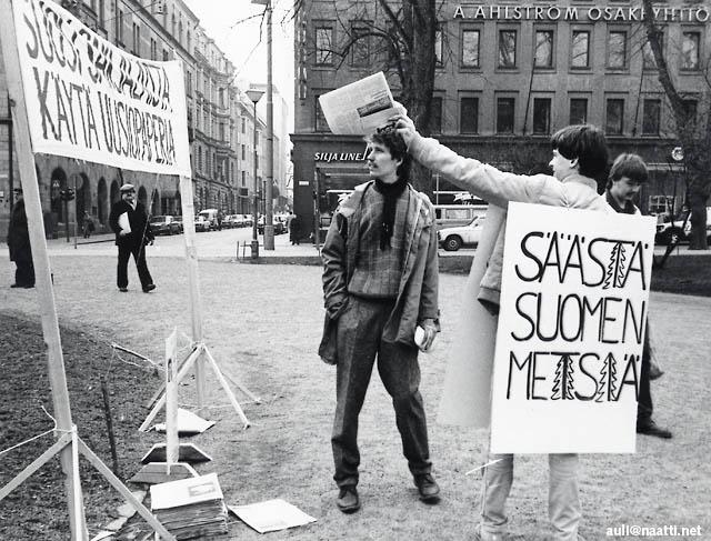 Ismo Tuormaa juontaa kansalaisjärjestöjen Paperipäivää Esplanaadilla 1984 - kuva @ Auli Kilpeläinen