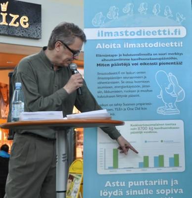 Ismo Tuormaa juontaa ympäristöhallinnon ilmastotilaisuuden 2011